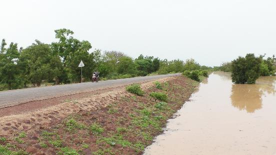 Road embankment lightly armored, serving to store water (Burkina Faso)
