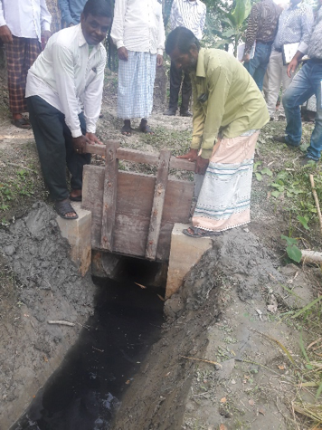 Gated culvert in Bangladesh (photo: Blue Gold)